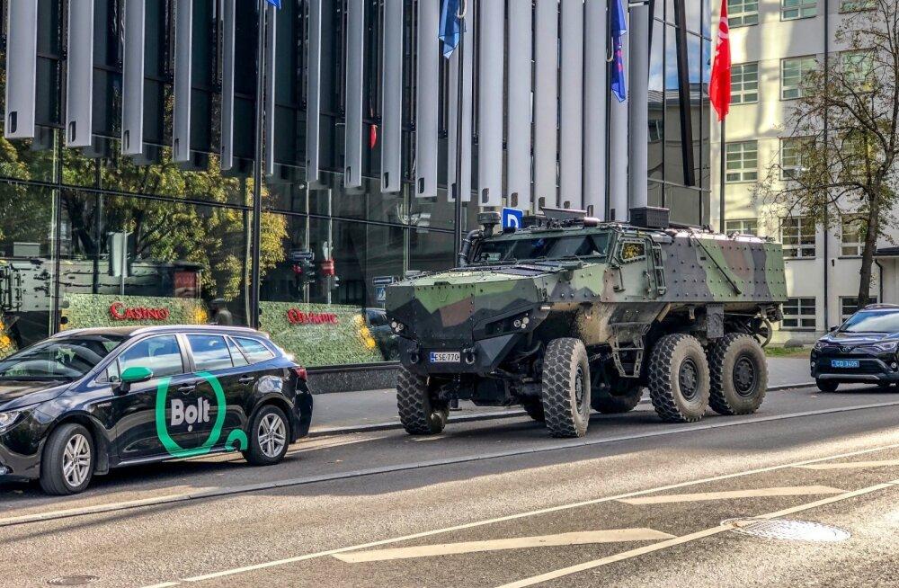 ФОТО | По Таллинну передвигается новейший финский броневик
