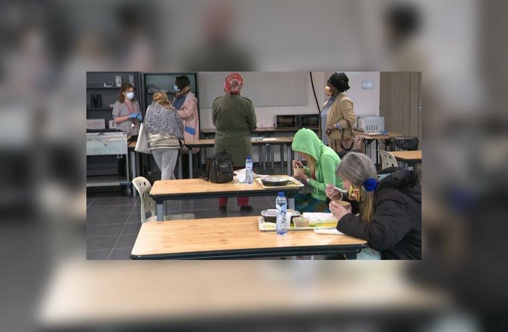 Из-за карантина Европарламент пустует. В нем приютили бездомных женщин