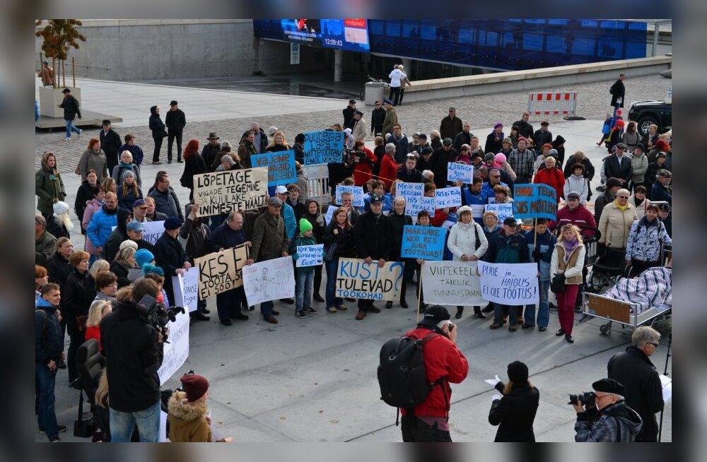 DELFI FOTOD ja VIDEO: Puudega inimesed korraldasid üle Eesti meeleavaldusi töövõimereformi peatamiseks