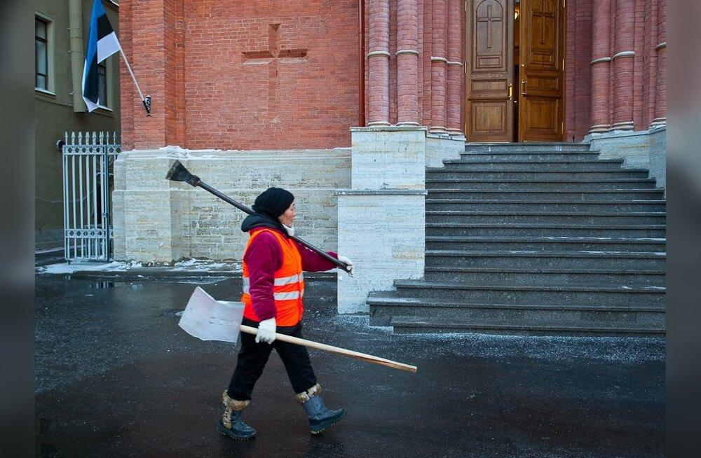 ФОТО: Окрестности церкви св. Иоанна очистили от снега и льда