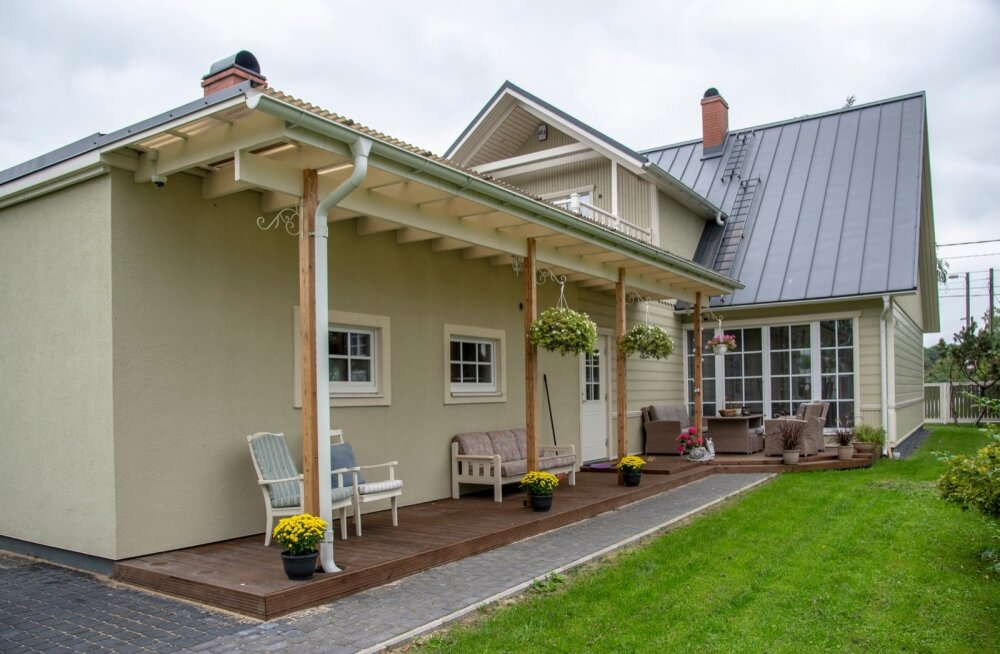 Maja madalam osa oli kunagi eraldi hooneks projekteeritud saun ja garaaž. Terrassil on piisavalt istumiskohti, selle saab juba varakevadel lilleaiaks muuta.