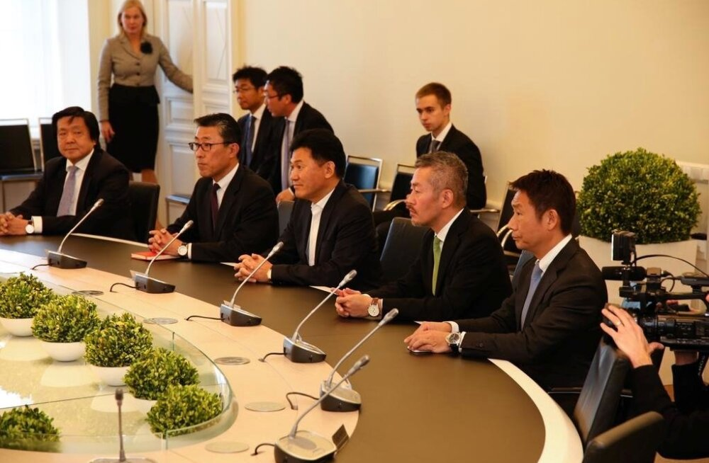 Taavi Rõivas postitas eelmise aasta 19. novembril pildi, kus Hiroshi Mikitani (paremalt kolmas) istub Stenbocki majas valitsuskabineti laua taga.