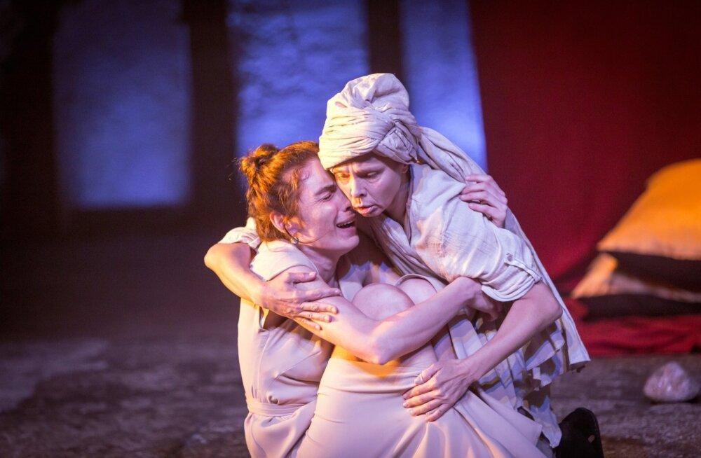 Kaks vägevat naist näidendis ja elus – sirge, heitlev, otsiv, kannatav ja otsustav Juudit (Riina Maidre) ning tema teenija – krõnksus ja väliselt tihti isegi koomiline, tark jälgija Susanna (Elina Reinold).