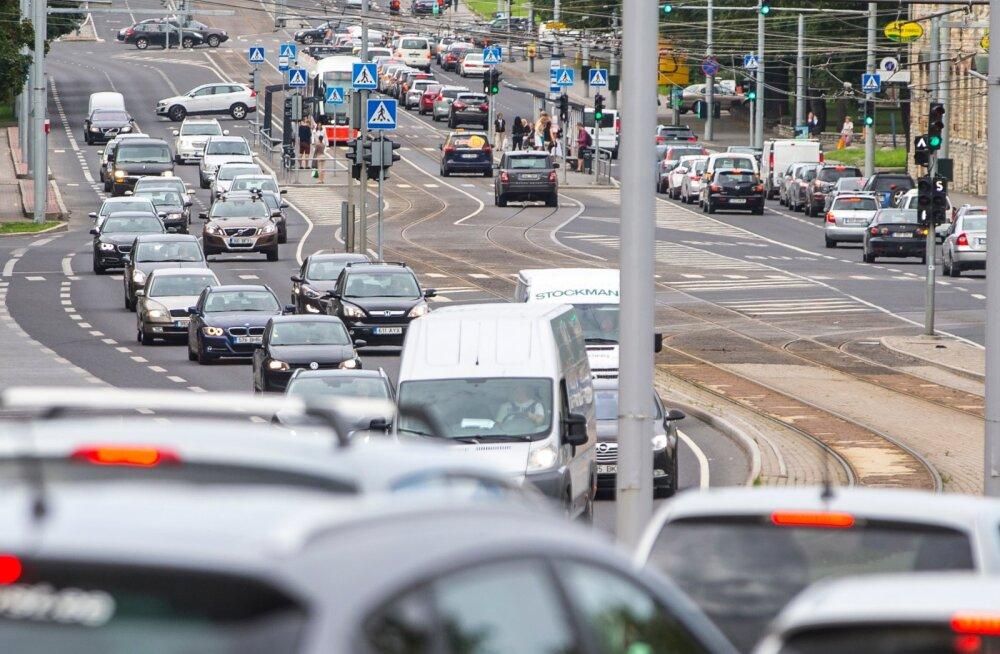 Autod sõidavad bussirajal