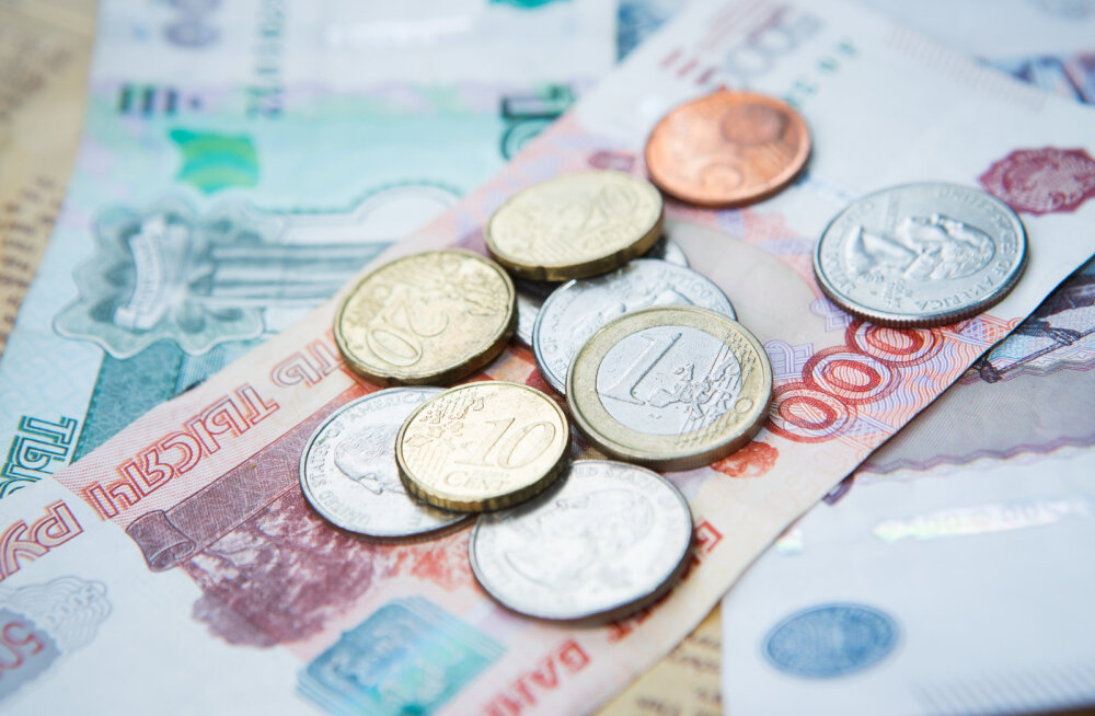 Курс рубля рухнул по отношению к доллару и евро