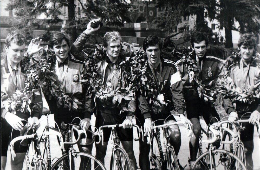 Riho Suuna (keskel, käsi püsti) tähthetk koos Nõukogude Liidu koondisega 1985. aasta Rahutuuril.