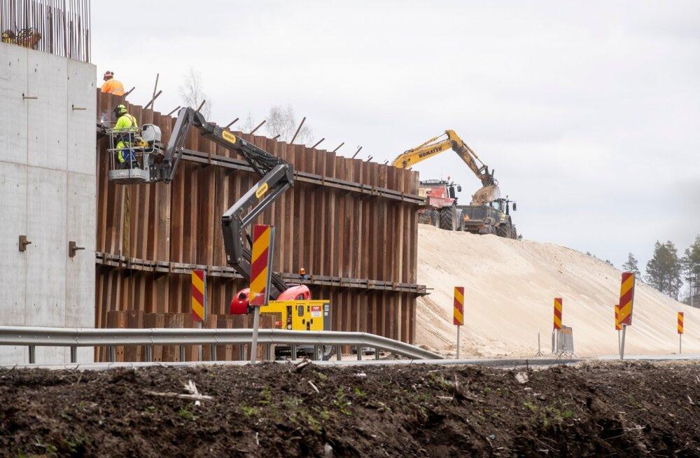 Saustinõmme viadukti rajavad ehitajad polnud Mart Helme teadet Rail Balticu peatamise kohta nähtavasti kuulnud, sest eile käis töö täie hooga.