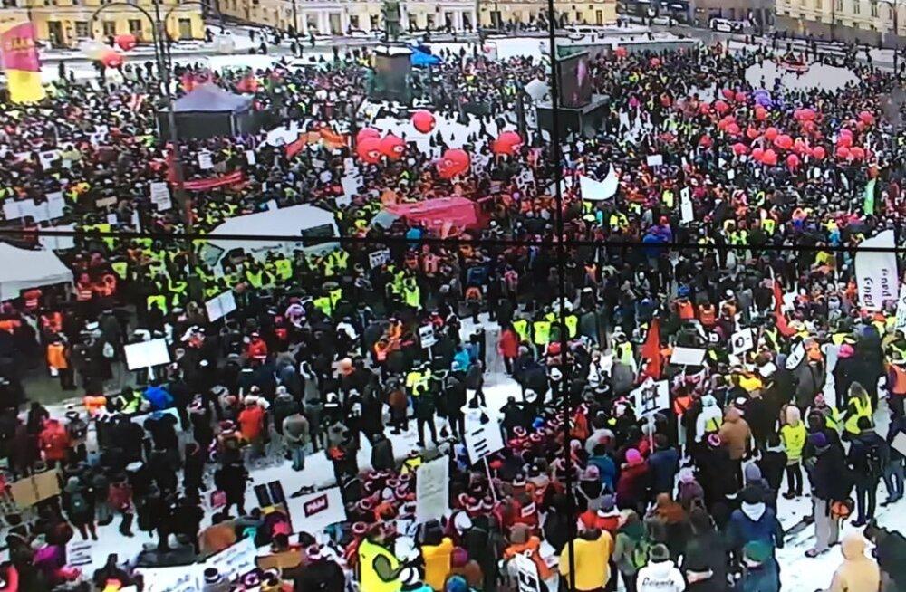Helsingi kesklinnas kogunes meeleavaldusele tuhandeid, kõlasid hüüded: uued valimised kohe, maha Sipilä, <em>perkele!</em>