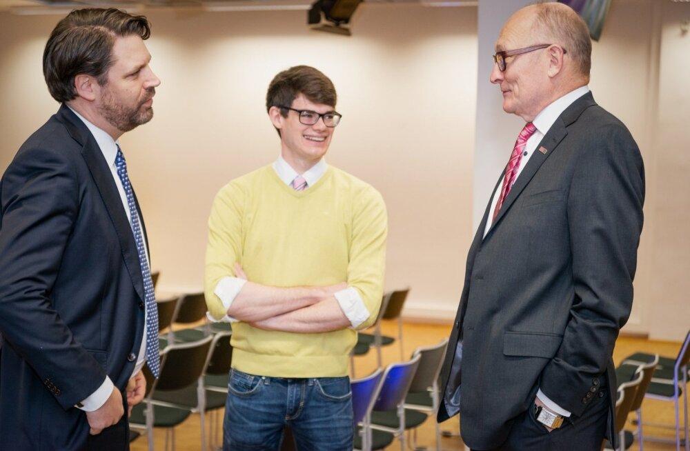 Keegan McBride (keskel) ja Jaak Aaviksoo (paremal) ühisel koosviibimisel möödunud aasta detsembris