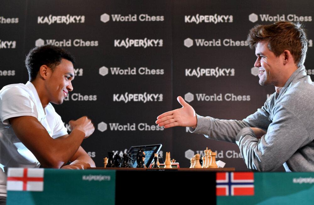 Trent Alexander-Arnold ja Magnus Carlsen