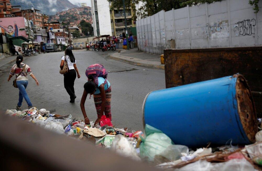 Venezuela pealinna Caracase elanikud on ellujäämiseks hakanud prügi läbi otsima, ehk leiab sealt midagi hamba alla või mahamüümiseks.