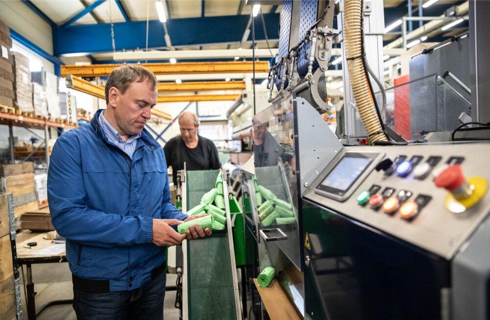 Dagöplasti juht Kulvo Pendra taanlaste biolagunevate kottide masina juures. Masin voldib kotid väikeseks, et need jaekaubanduses võimalikult vähe ruumi võtaksid.