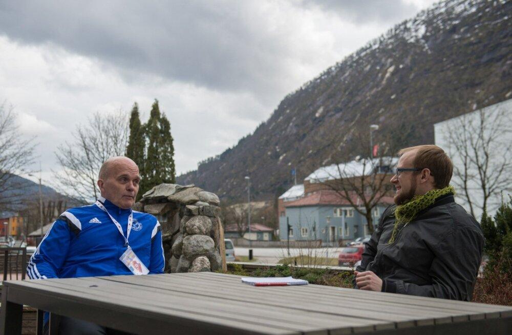 Mart Seimi treenerist isa Alar räägib maalilises Norras Eesti Päevalehe ajakirjanikule, kuidas medali püüdmiseks õige taktika leidmine on tõeline täppistöö.
