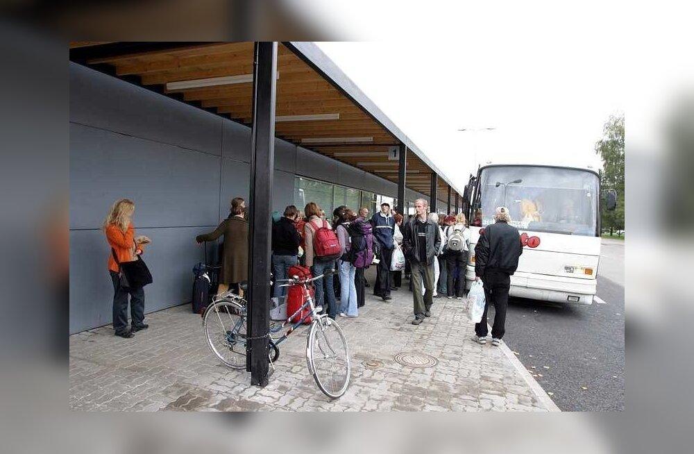 Pettunud reisija: sõitjad pidid Tartu-Viljandi bussis püsti seisma
