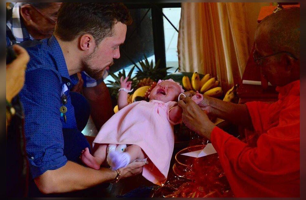 Pühitsetud beebi: Buda mungad õnnistasid Sirli Salumäe pisitütart ja kooselu