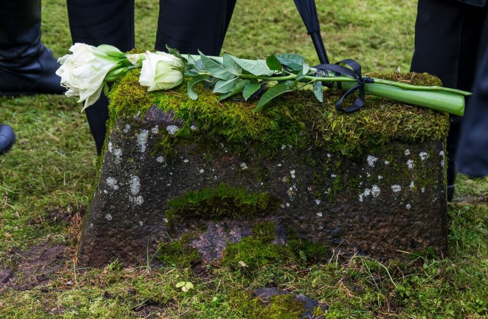 REPLIIK | Karoliina Vasli: vestlused surnuaial