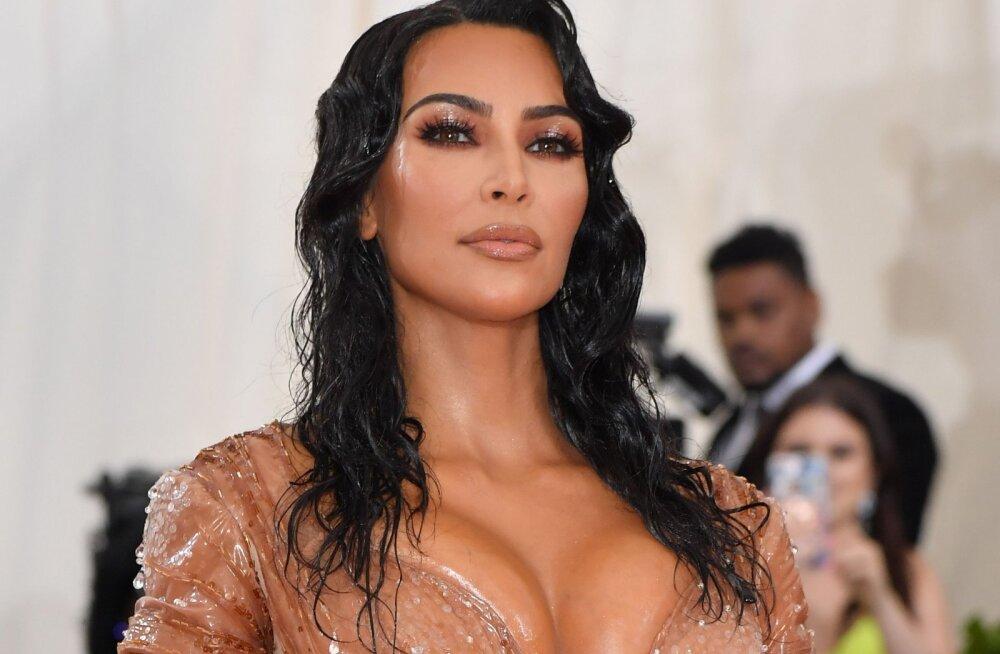 Šokeeriv! Kas Kim Kardashian lasi kleiti mahtumiseks endal ribisid eemaldada?