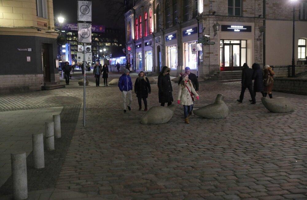 Politsei pidas jõuliselt kinni Tallinnas jõuluturu läheduses kahtlases kaetud numbrimärkidega autos olnud inimesed