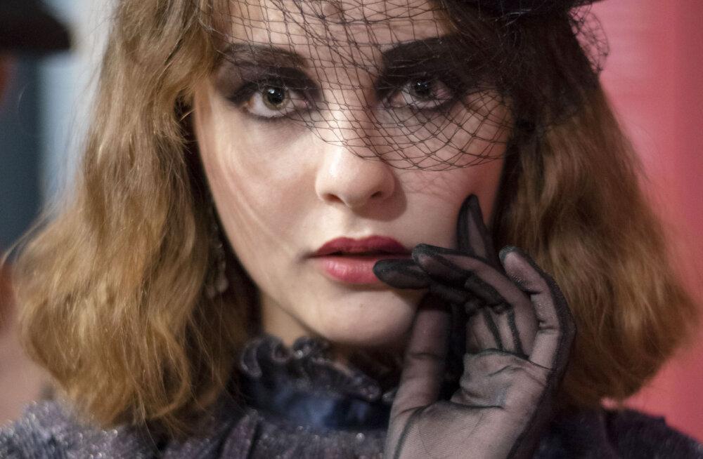 ФОТО | Гэтсби, шляпки и боа: смотрите, как прошло модное винтажное шоу в Кадриоргском дворце