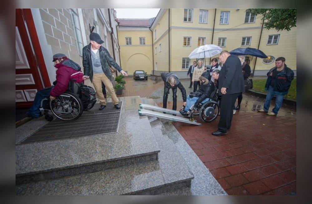 DELFI FOTOD ja VIDEO: Puuetega inimesed pidid peaministriga kohtumiseks end Stenbocki maja treppidest üles vinnama