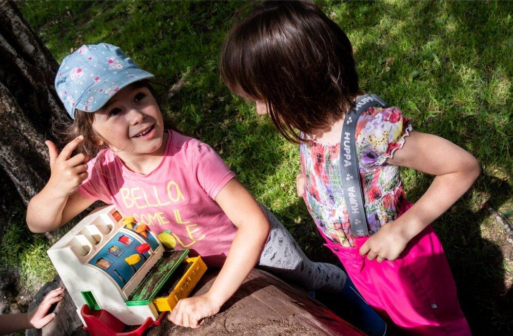 Tammetõru lasteaia kasvandikud Emma (vasakul) ja Olivia hõiskasid rõõmsalt, et neil on küll olemas iPhone'id, ent jätkasid rõõmsad liivakookide küpsetamist