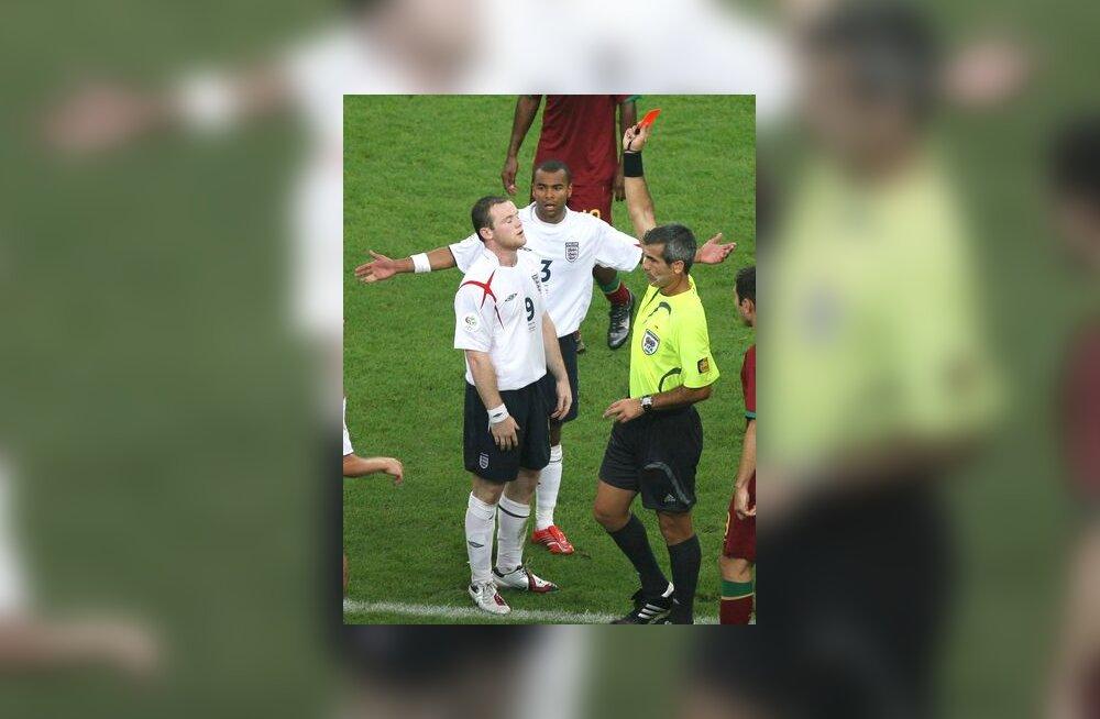 Argentina väljakukohtunik Horacio Elizondo näitab Wayne Rooney`le punast kaarti