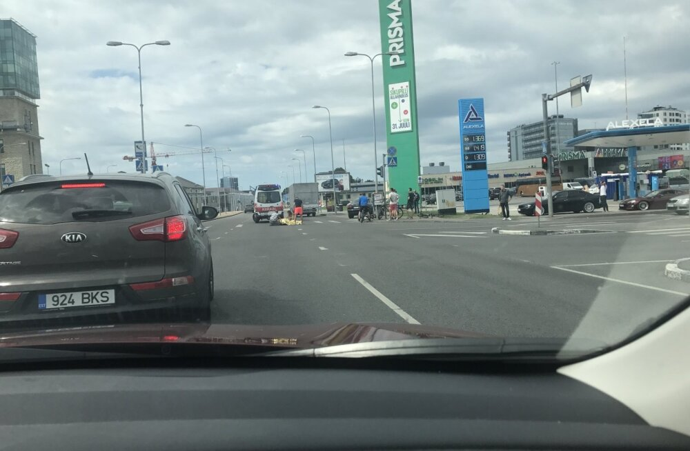 ФОТО: Возле торгового центра Sikupilli велосипедист упал на проезжую часть
