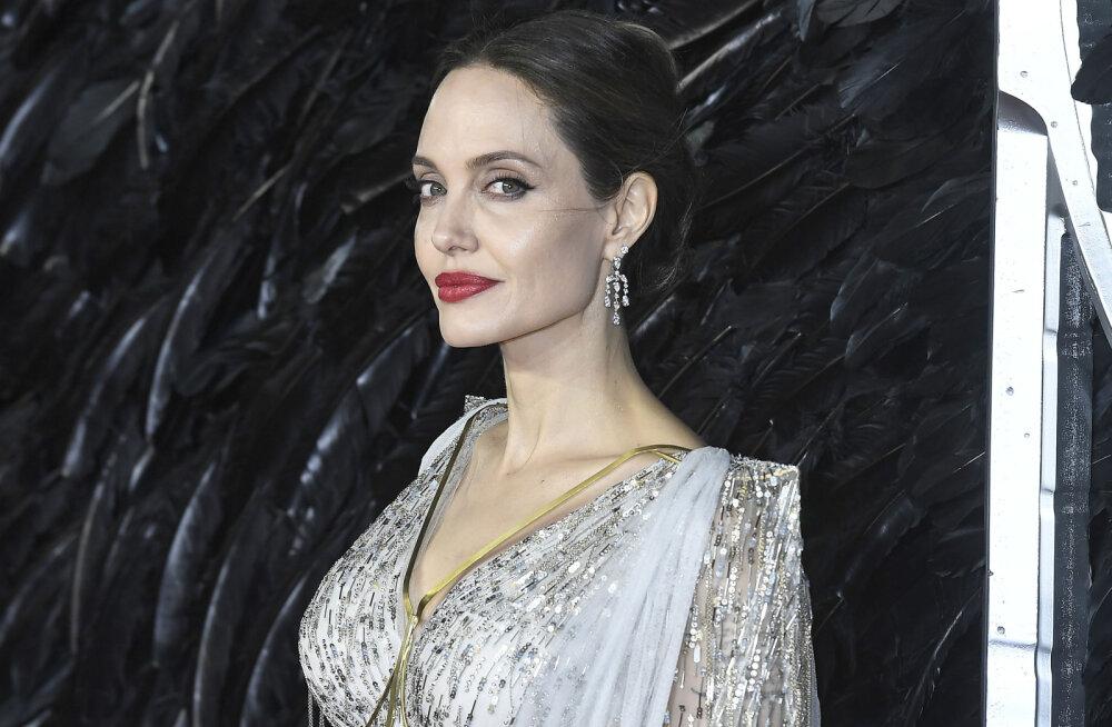 Angelina Jolie varjas laste eest lahutuse valusid: oluline on nutta duši all