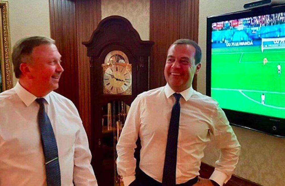 Медведев поделился радостью от победы сборной РФ и нарвался на едкие комментарии про пенсию