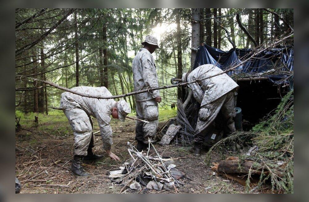 USA merejalaväelased ehitavad metsas onni