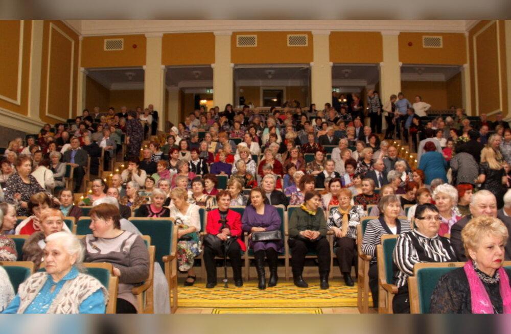 ФОТО: Кохтла-Ярве поздравил пожилых женщин с наступающим праздником