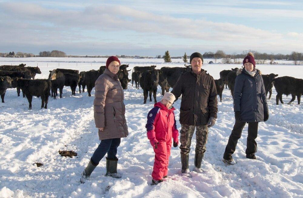 Lindre talupere on aastakümnetega kõigist raskustest läbi murdnud ja tänini pinnal püsinud. Pildil Dagmar ja Endel Lindre koos tütar Margiti ja lapselaps Liisa-Maiga.