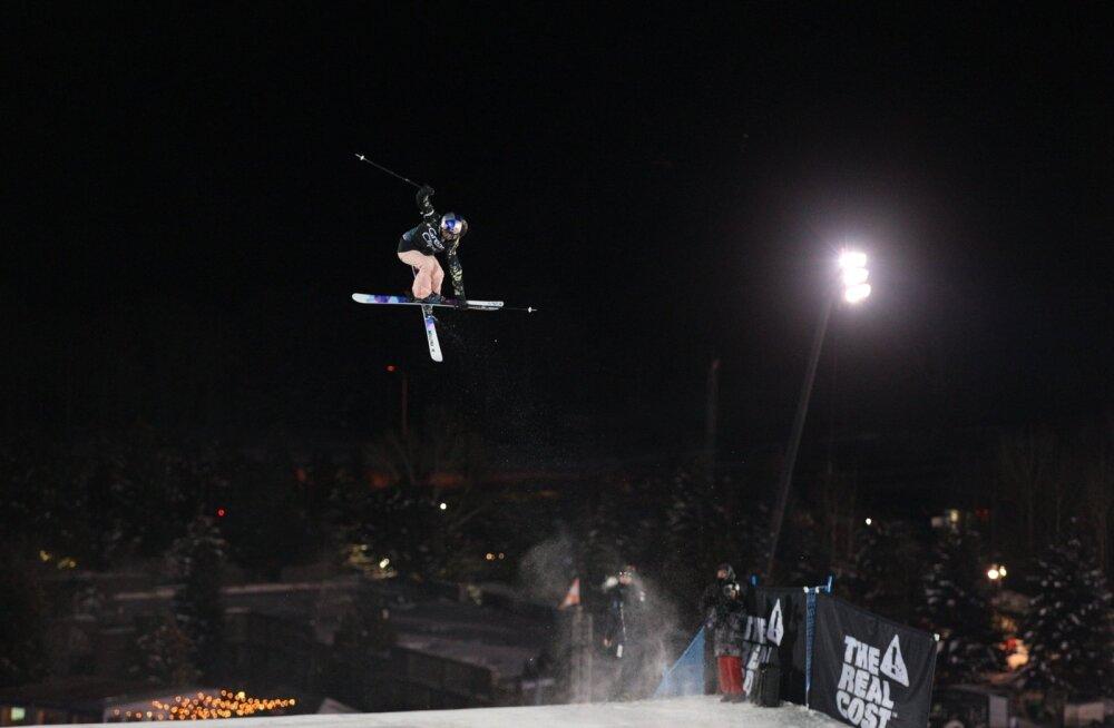 Kelly Sildaru Big Airi hüpetes kõrgel õhulennul.
