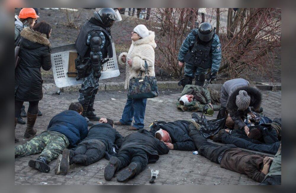 Ukraina eriüksuslased seismas vigastatud meeleavaldajate kõrval