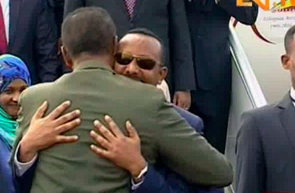 Endised verivaenlased Etioopia ja Eritrea tõotasid teineteisele kallistuste saatel suurt armastust