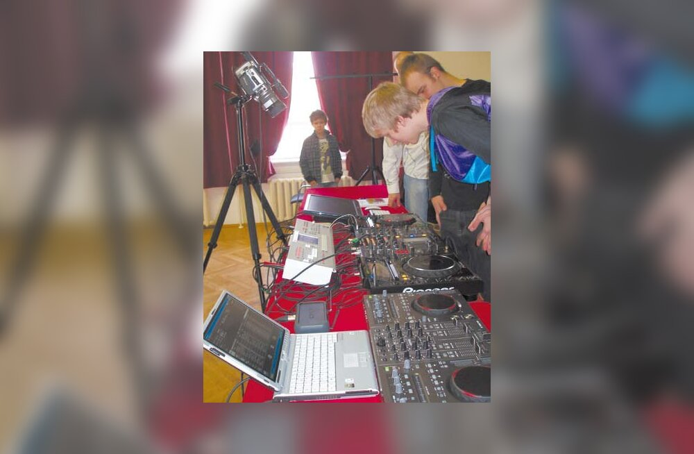 Uusim tehnika diskomaailmas: koolitusel oli noortel võimalik uurida lähemalt uuemat tehnikat - vaatluse alla on Pioneeri uus tipp dj-mängija CDJ-2000 (foto: Koduvald)