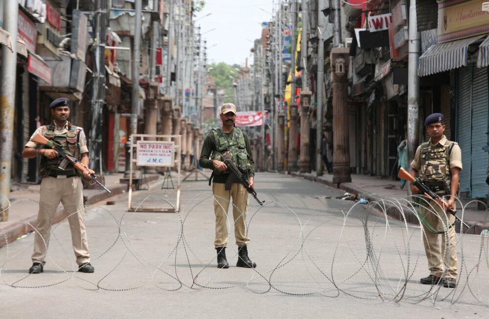 India tühistas Kashmiri eristaatuse ja kehtestas piirkonnas liikumiskeelu, valmistudes rahutusteks