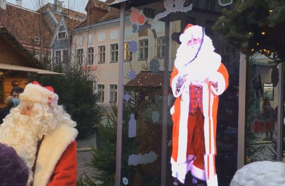 ВИДЕО   На Ратушной площади появилась голограмма Деда Мороза