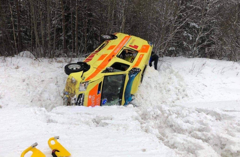 ФОТО: В Сауэ перевозившая пациента скорая помощь вылетела в кювет
