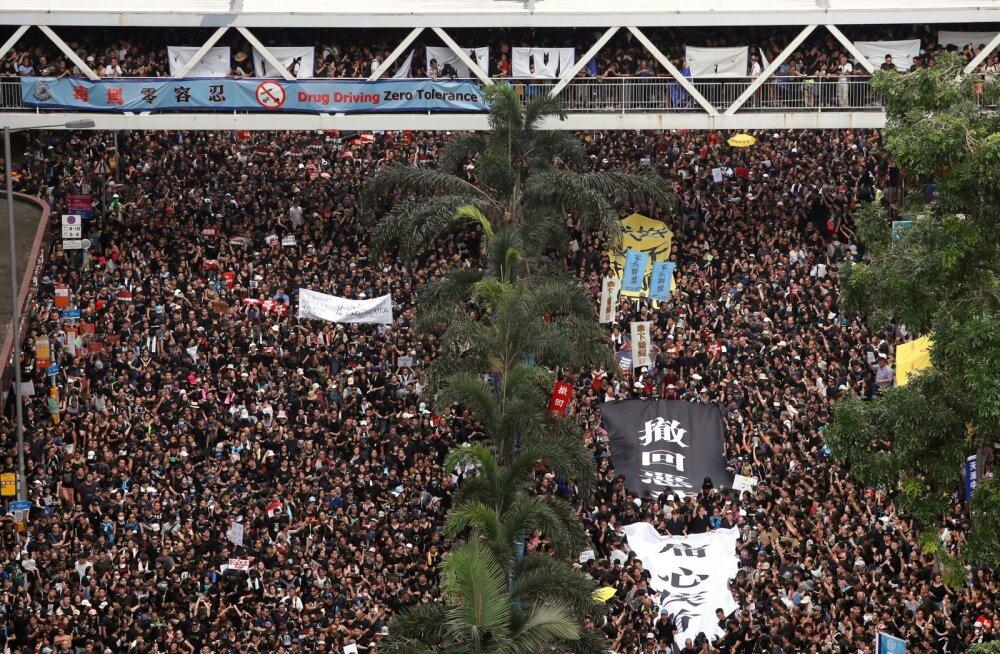 ВИДЕО: Протестующие в Гонконге разблокировали улицы, ведущие к центру города
