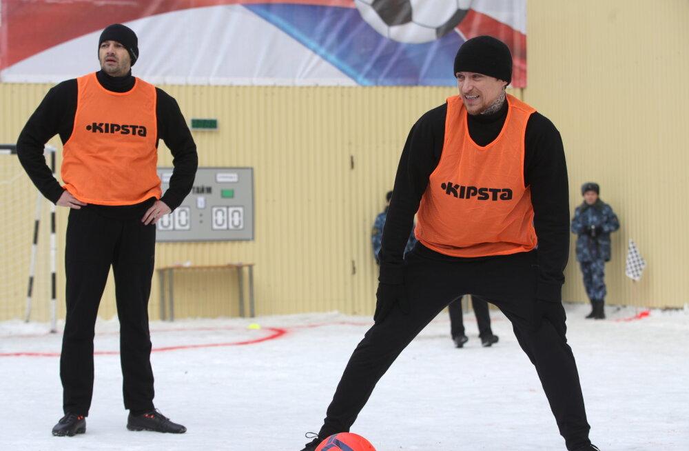 Vangis istuvad Venemaa jalgpallitähed saavad türmis esiliigatiimiga rinda pista