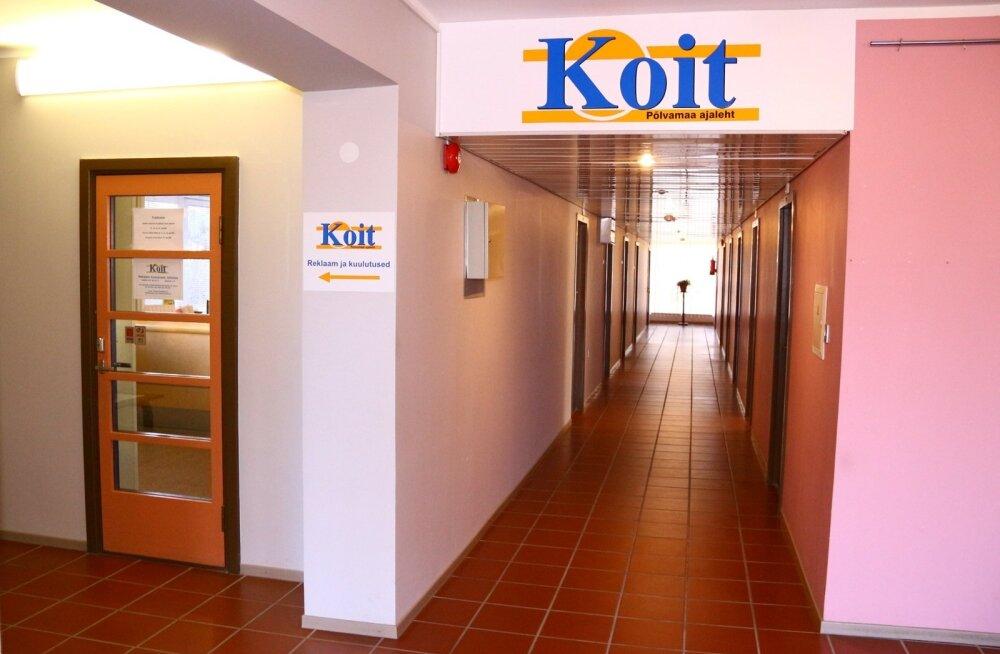 Põlvamaa leht Koit tegutseb samas majas enda omanikfirma ASi Avraal kontoriga. Kuna aeg lehe võimaliku sulgemise eel on ärev, ei soovinud ükski töötaja fotole tulla.