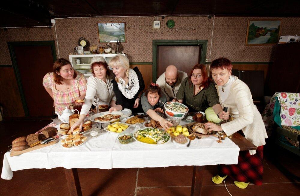 Sellist lauda ei põlgaks ära ükski köster ega kellamees. Laua ääres ärevil vasakult alates: Bianca Mikovitš, Heli Raamets, Kristel Kirss, Piia Stranberg, Henrik Jõgeva, Hetti Meltsas ja Triinu Laan.