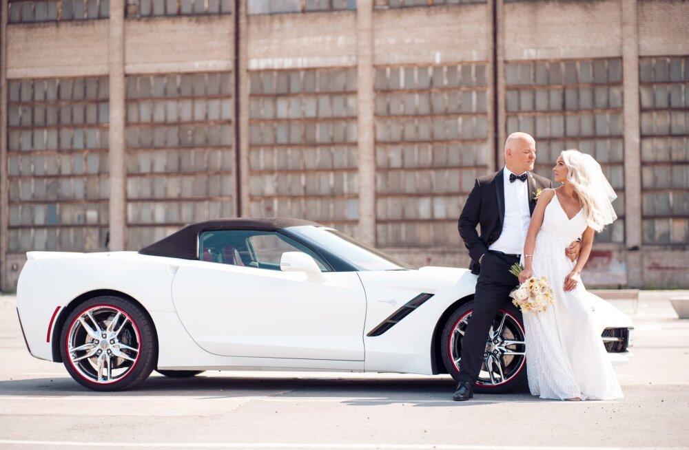 PULMAAUTOKS oli valge Ameerika iludus Corvette C7 kabrio American Beauty auto- salongist, sohvriks peig- mees isiklikult. Pärast pidu sõitis paar autoga Lätti nädalalõppu veetma. Kaugem reis ootab veel ees.