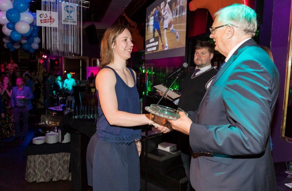 Mailis Pokk võtmas vastu aasta parima naiskorvpalluri meenet