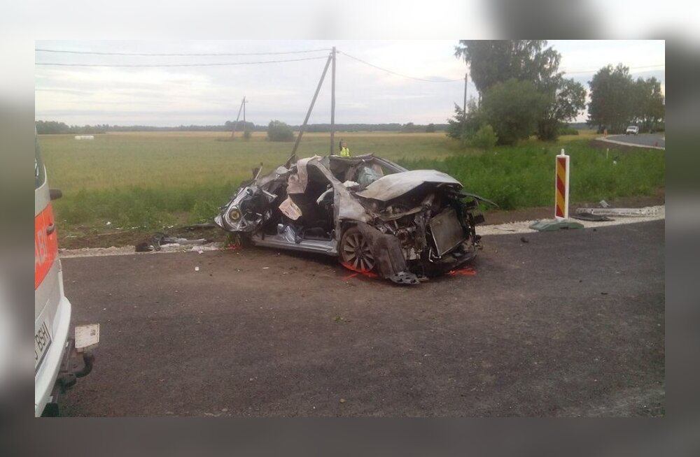 Eile Sindi kandis autoga teelt välja sõitnud naine suri
