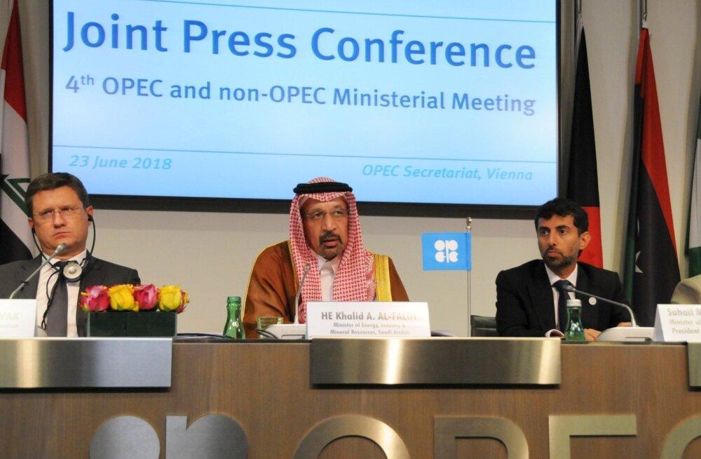 Venemaa energeetikaminister Aleksander Novak (vasakult), Saudi Araabia energeetikaminister  Khalid Al-Falih, NIng Araabia Ühendemiraatide energeetika ning tööstuse minister Suhail Al-Mazrouei Viinis pressikonverentsil.
