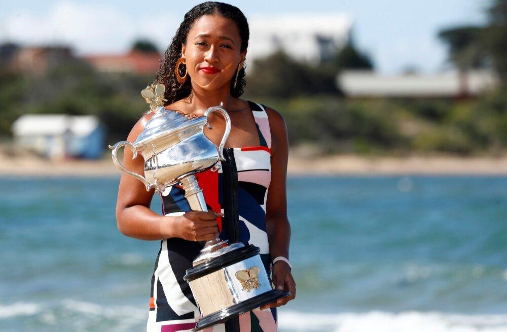 Naomi Osaka Australian Openi võidutrofeega Melbourne'is Brighton Beachil