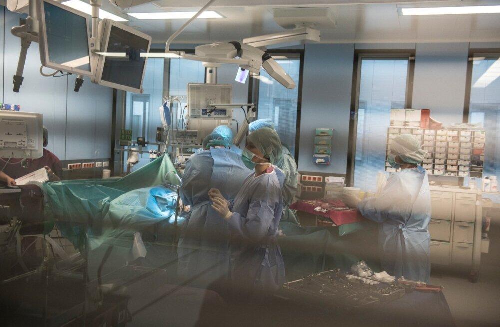Tervishoiu töötüli seis on pingeline. Arstid nõuavad valdkonda raha juurde, aga haiglajuhid näitavad näpuga nappidele eelarvetele. Rahastuse üle otsustava ministeeriumi esindajad on kõigest kõrvaltvaataja rollis.