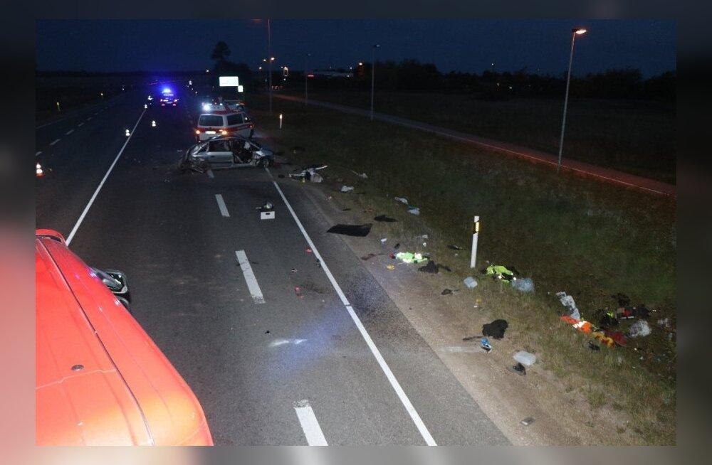 ФОТО | Тяжелое ДТП на шоссе Таллинн-Нарва: Есть погибший, двух мужчин доставили в больницу